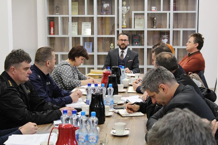Ilustracja do informacji: Posiedzenie Powiatowego Zespołu Zarządzania Kryzysowego ws. dalszych działań związanych z pożarem odpadów w Brożku.