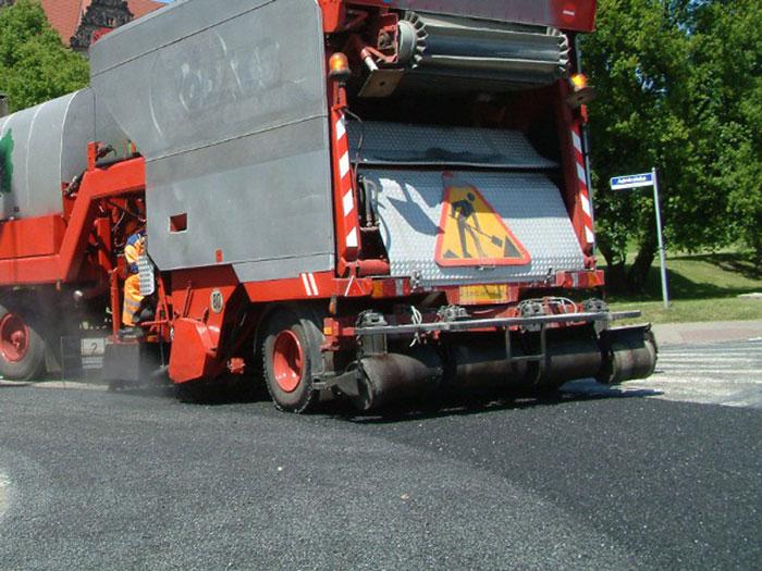Ilustracja do informacji: Ruszyły prace powierzchniowego utrwalania dróg powiatowych Powiatu Żarskiego