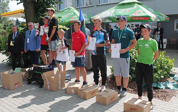 Ilustracja do informacji: Oskar Bojkowski na podium Mistrzostw Polski w wędkarstwie spławikowym