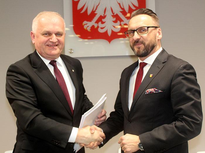 Ilustracja do informacji: Kolejne miliony dla Powiatu Żarskiego!