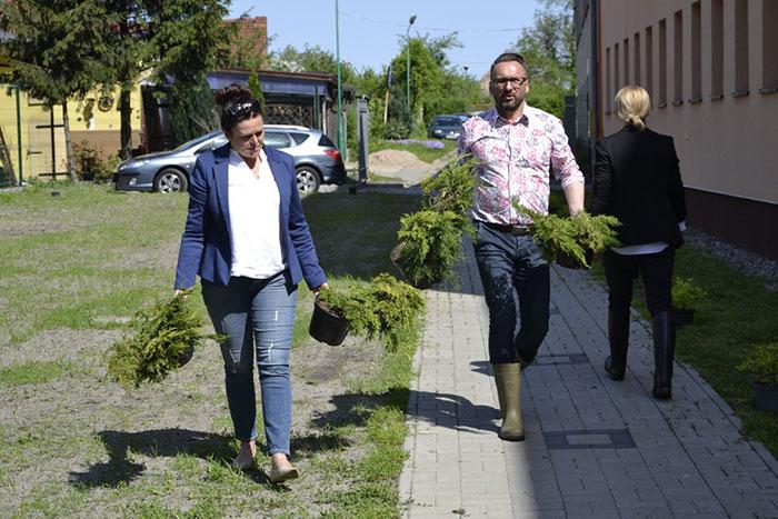 Ilustracja do informacji: Ogród przy filii Szpitala Na Wyspie oraz Domu Pomocy Społecznej w Lubsku dopieszczony!