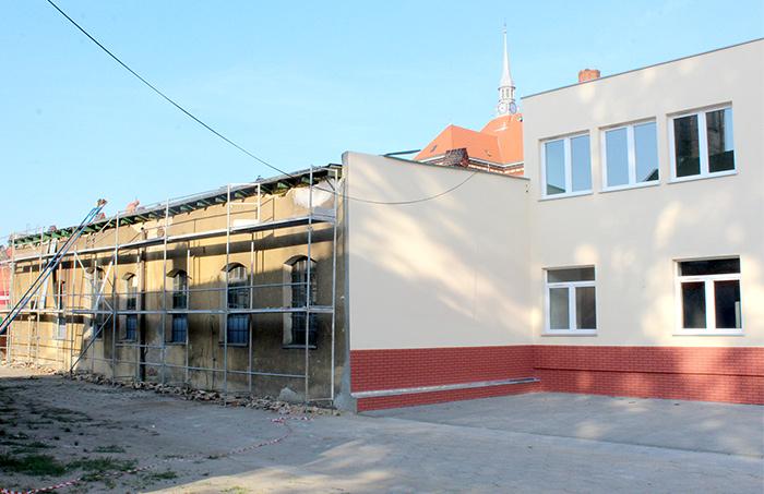 Ilustracja do informacji: Trwają wakacyjne remonty w szkołach Powiatu Żarskiego