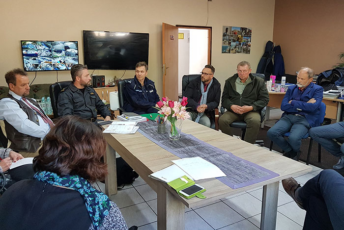 Ilustracja do informacji: Posiedzenie Powiatowego Zespołu Zarządzania Kryzysowego na terenie zakładu recyklingu tworzyw sztucznych w Brożku