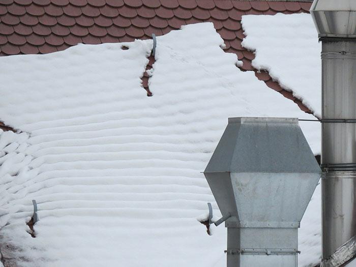 Ilustracja do informacji: MSWiA przypomina o obowiązku odśnieżania dachów