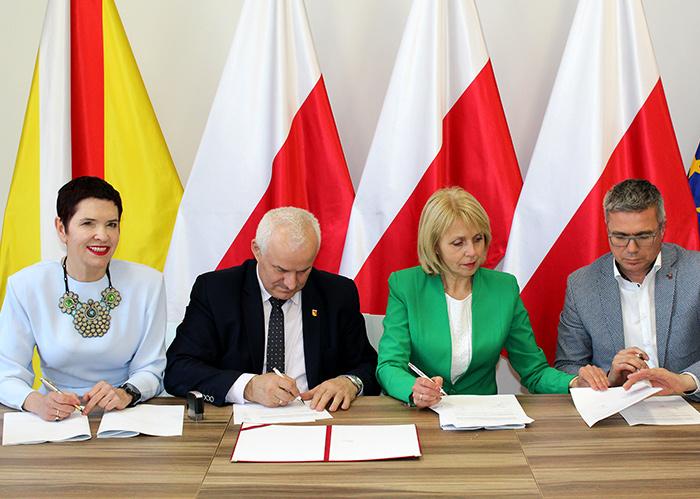 Ilustracja do informacji: Podpisanie porozumienia w sprawie utrzymania czystości przy ulicach powiatowych na terenie Żar (ul. Moniuszki, Aleja Wojska Polskiego)