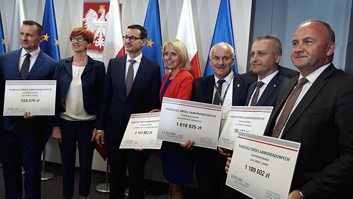 Ilustracja do informacji: Dwie promesy dla Powiatu Żarskiego