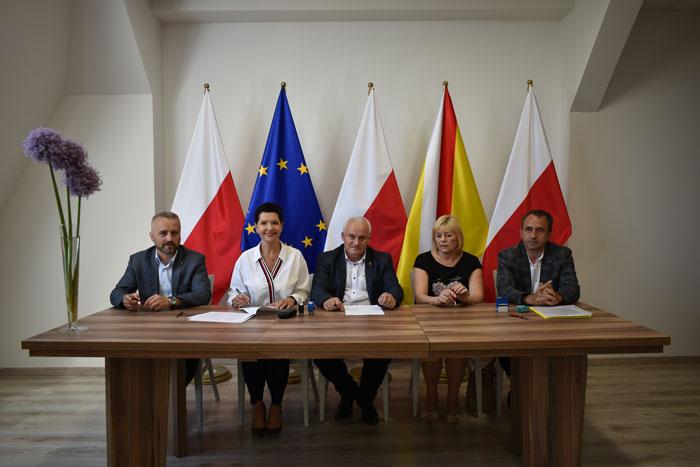 Ilustracja do informacji: Podpisanie umowy na przebudowę drogi powiatowej nr 1076F w miejscowości Złotnik.