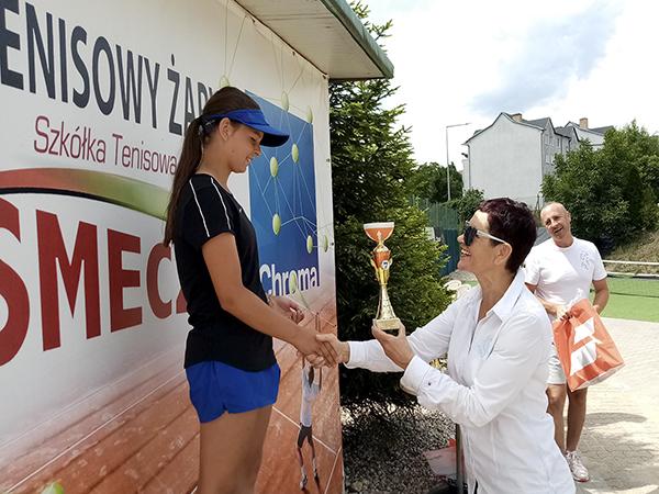 Ilustracja do informacji: Turniej o Puchar Starosty Powiatu Żarskiego pod Patronatem Polskiego Związku Tenisowego w kategorii Młodzików i Młodziczek
